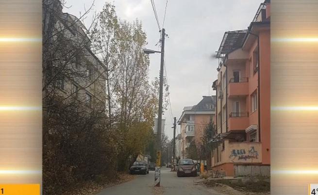 Стълб по средата на софийска улица
