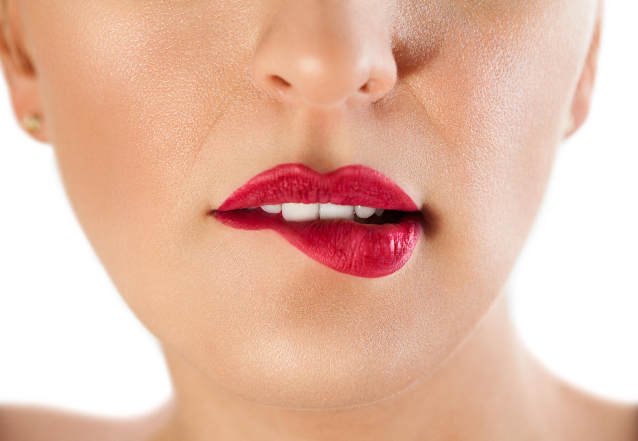 Прехапване на устните. Прехапването на устните е чувствен и първичен жест, с който вниманието на мъжете се съсредоточава върху лицето ти и провокира доста неприлични мисли.