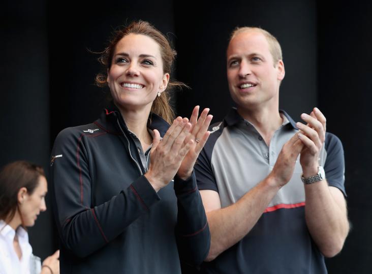<p><b>Принудителна раздяла</b></p>  <p>Четири години след като започват да излизат и връзката им става все по-силна, Уилям и Кейт прекарват Коледа и Нова година разделени. Семейство Мидълтън кани бъдещия си зет на гости, но кралският протокол му отрежда да бъде до Елизабет Втора. Влюбените са далеч и на рождения ден на Кейт в началото на януари.</p>  <p>След завършването на колежа и преди да станат законни съпруг и съпруга, Уилям и Кейт прекарват по-голямата част от времето разделени. Принцът дори често предпочита забавленията по нощните клубове, вместо да отиде на гости на любимата си през почивните дни.</p>  <p>&nbsp;</p>