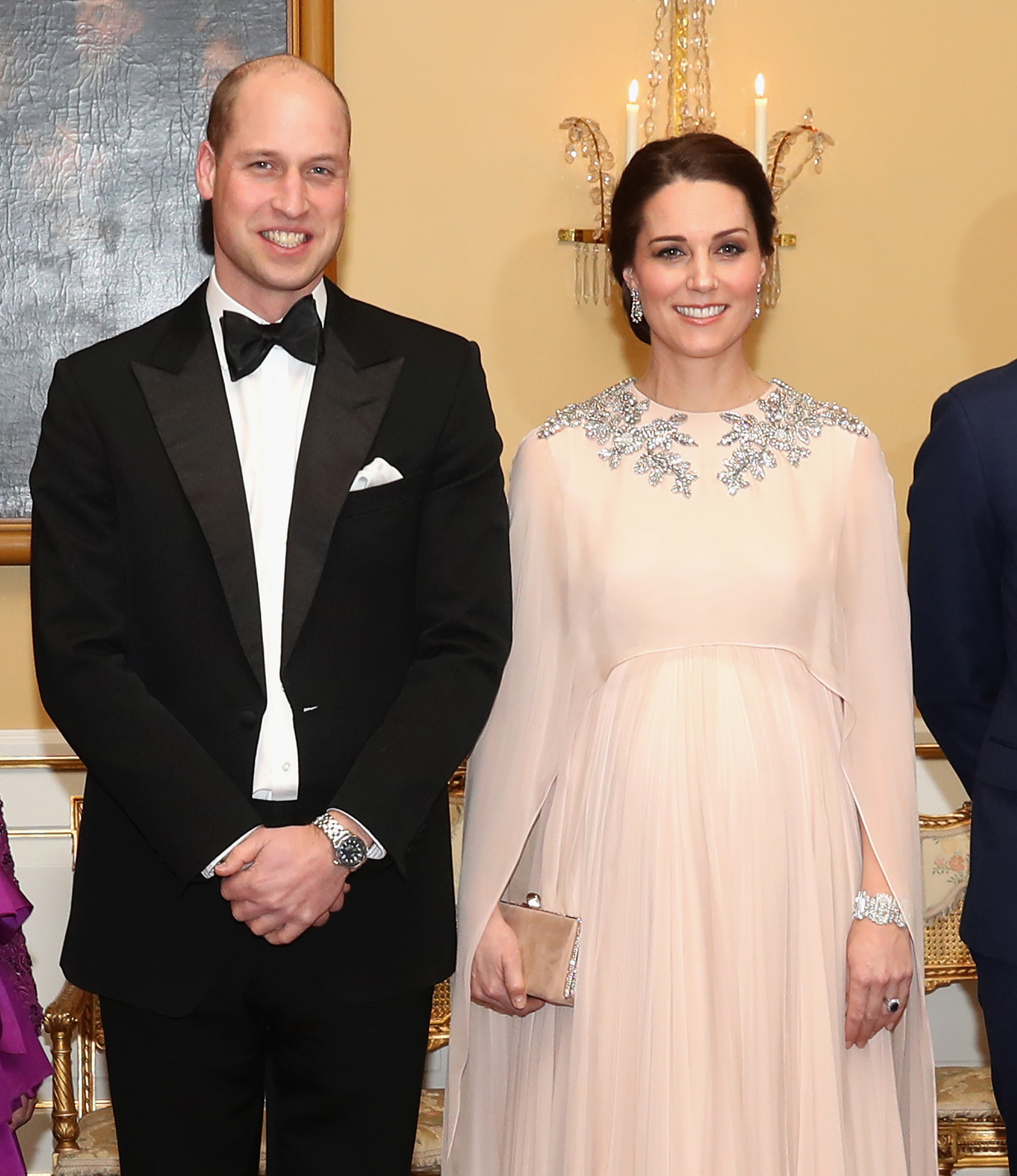 Други подчертават, че когато Кейт е бременна, тя винаги носи по-широки дрехи, които не подчертават толкова силно коремчето й.