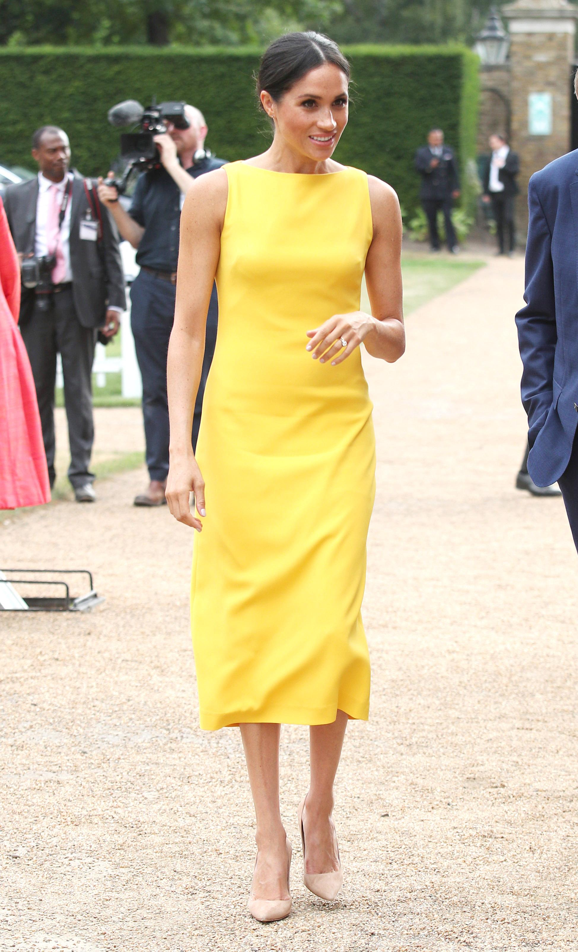 """3. Меган Маркъл<br /> Стилът ѝ несъмнено претърпя промяна, след като стана част от кралското семейство. Херцогинята залага на рокли до коляното на любимите си марки и дизайнери - """"Живанши"""" и Стела Маккартни, обувки в светли цветове и деколте тип """"лодка""""."""