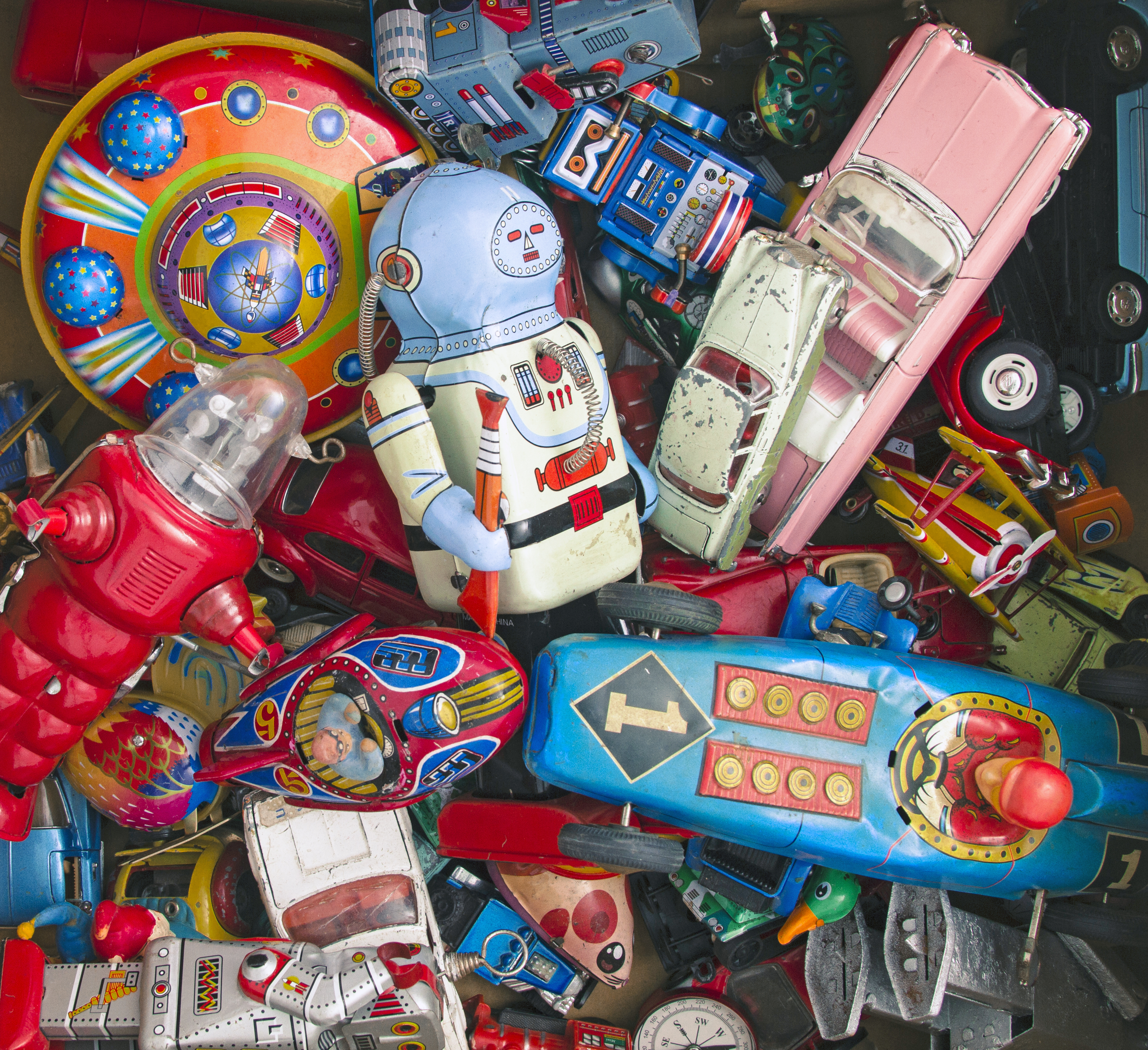Счупени играчки, но и да не са, може да освободите място за нови. Просто дарете старите. В този процес може да включите и детето ви.