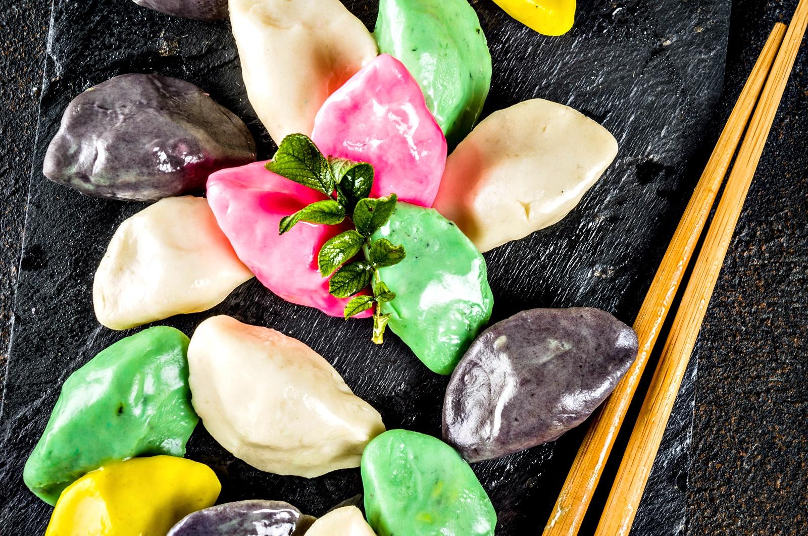 В Южна Корея празникът носи името Чусок,познат е и като Хангауи. Той е е важен фестивал на жътвата и се отбелязва по същото време, по което и Фестивала на жътвата в Китай и Виетнам.<br /> На трапезата присъства традиционен оризов сладкиш – сонгпьон, които се приготвя по специфична корейска рецепта.