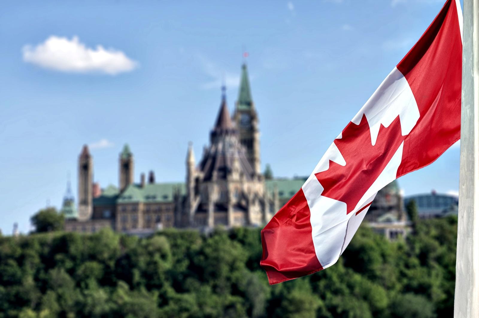 Канадците всъщност празнуват Деня на благодарността много преди американците. Смята се, че мореплавателят Мартин Фробишър дава начало на традицията на Нюфаундленд, където той и екипажът му се отблагодаряват за успешното си пътешествие до Северна Америка.<br /> Днес празникът се пада във втория понеделник от октомври и се отбелязва с празнична вечеря, която може и да започне още през уикенда. На празничната трапеза присъства пуйка или пилешко, придружени от разядки, сладки картофи и царевица, а за десерт традиционно има тиквен пай.
