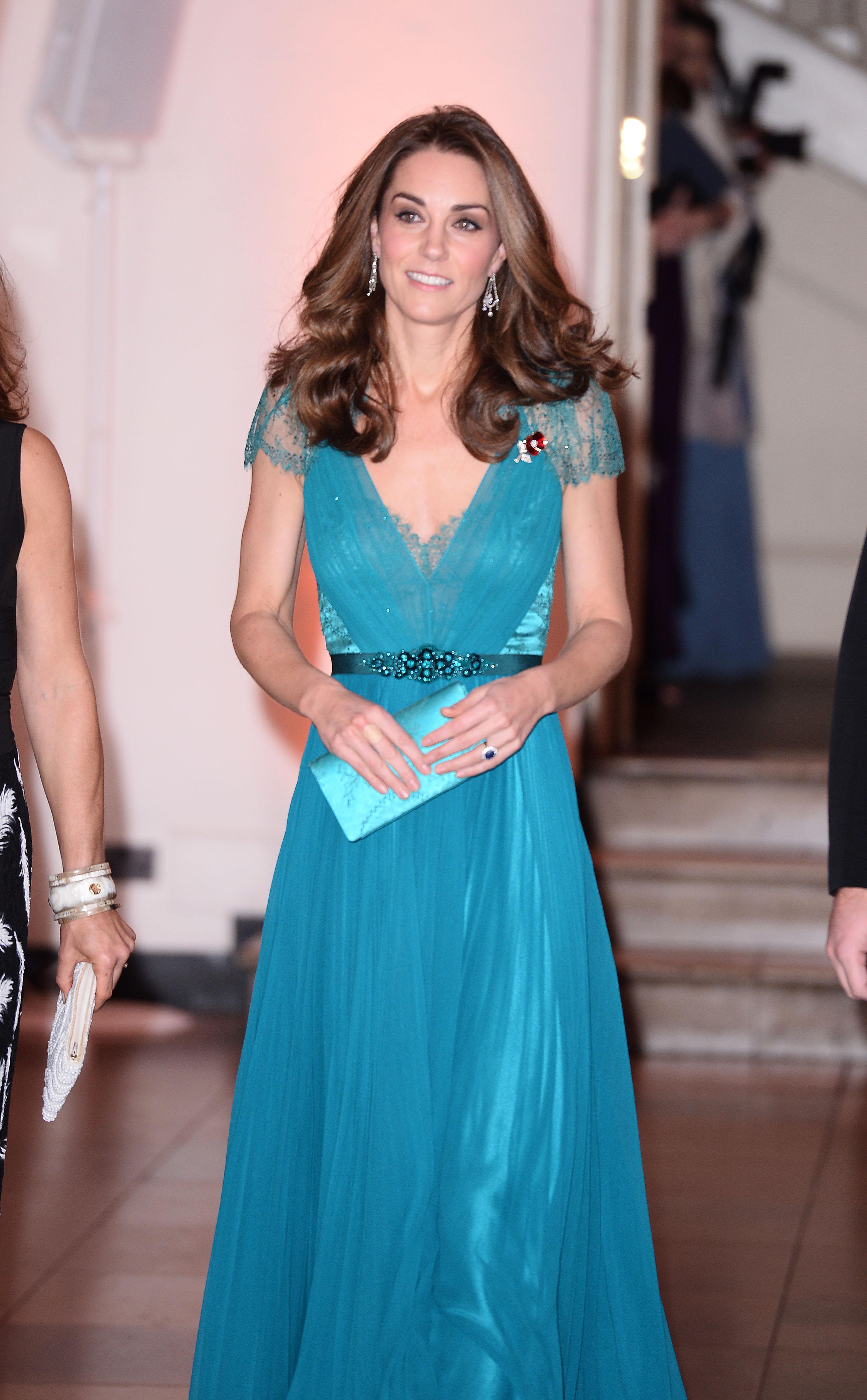 Кейт винаги носи в чантичката си малко огледало.
