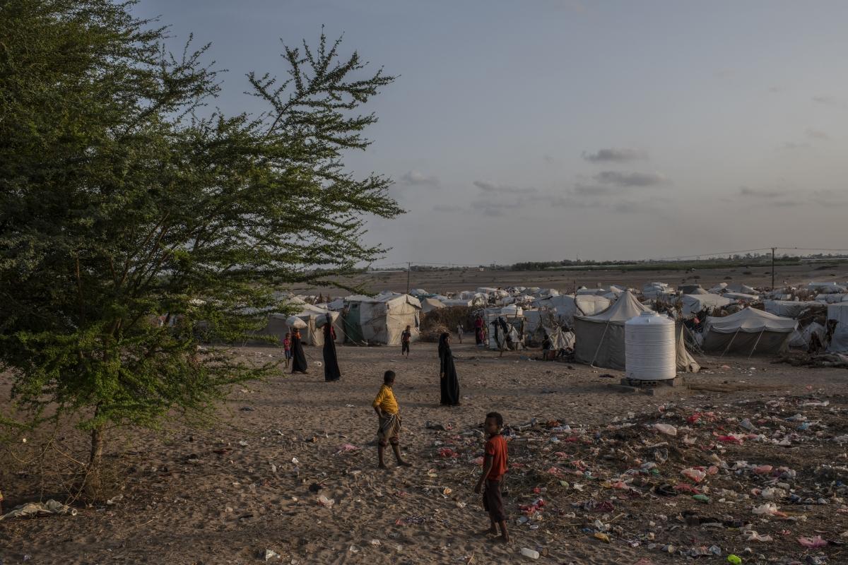 Йемен.Гражданската война, която се води там е довела до масов глад, а хората са принудени да ядат листа, за да оцелеят. За съжаление много деца са обречени на бавна и мъчителна гладна смърт.