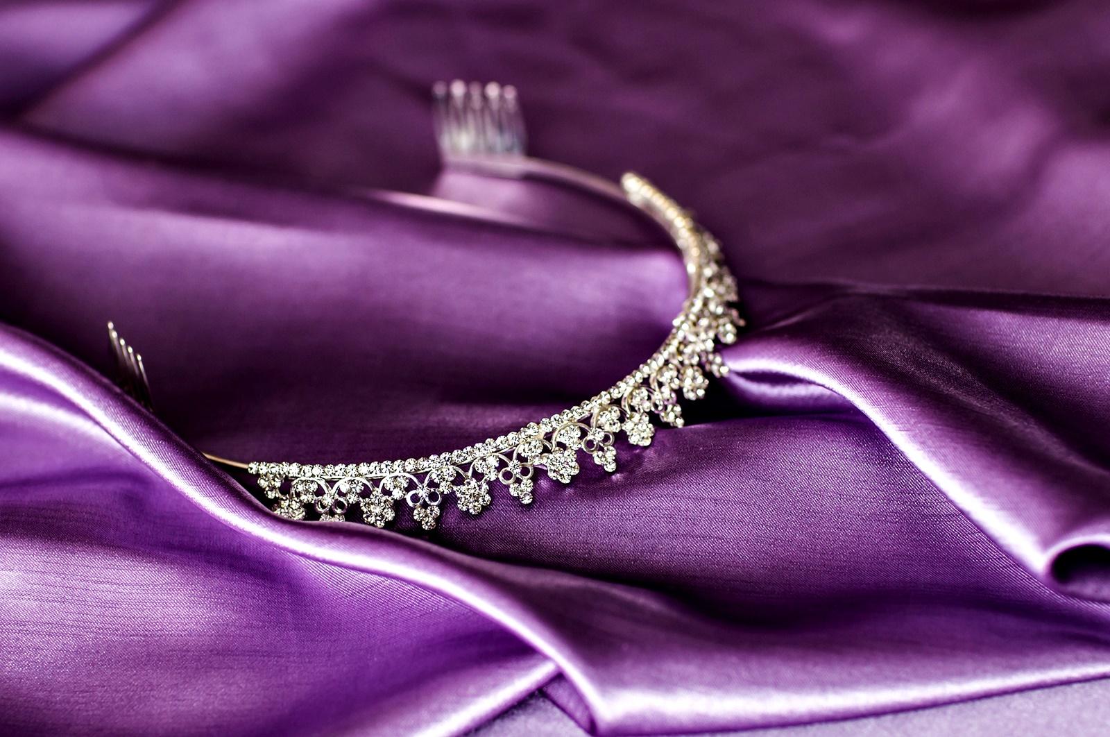 Лилаво<br /> На Запад лилавото се смята за кралски цвят и се свързва с духовността. В Бразилия и Тайланд обаче цветът е символ на траур.<br />
