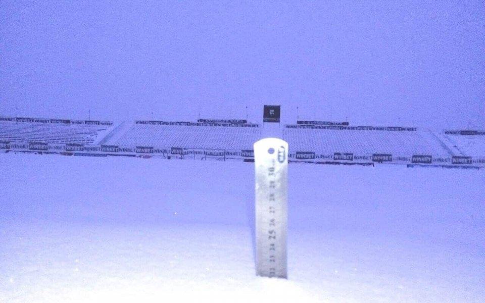 Сняг затрупа стадиона на Ботев Враца преди мача със Септември