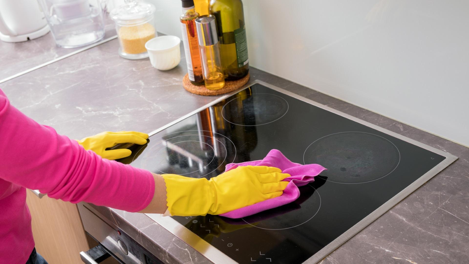 Дезинфекцирайте гъбата, като я накиснете с вода и пуснете в микровълновата на максимална мощност за 2 минути. Това убива 99% от микробите.