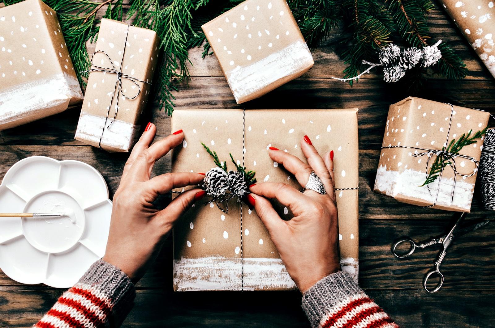 """Красива опаковка<br /> Каквото и да изберете да подарите, не забравяйте, че опаковката е половин подарък. Хората обичат да разопаковат подаръци. Понякога дори не искат да надничат зад подаръчната хартия, просто защото не могат да се нагледат на опаковката. Ако не може да си позволите нещо скъпо и не смятате, че бихте се справили с печене на сладкиши и рисуване на картини, то поне опаковайте евтиният подарък """"скъпо"""". Това не означава, че трябва да купите от най-скъпата опаковъчна кутия, а просто, че трябва опаковате с вкус и желание."""