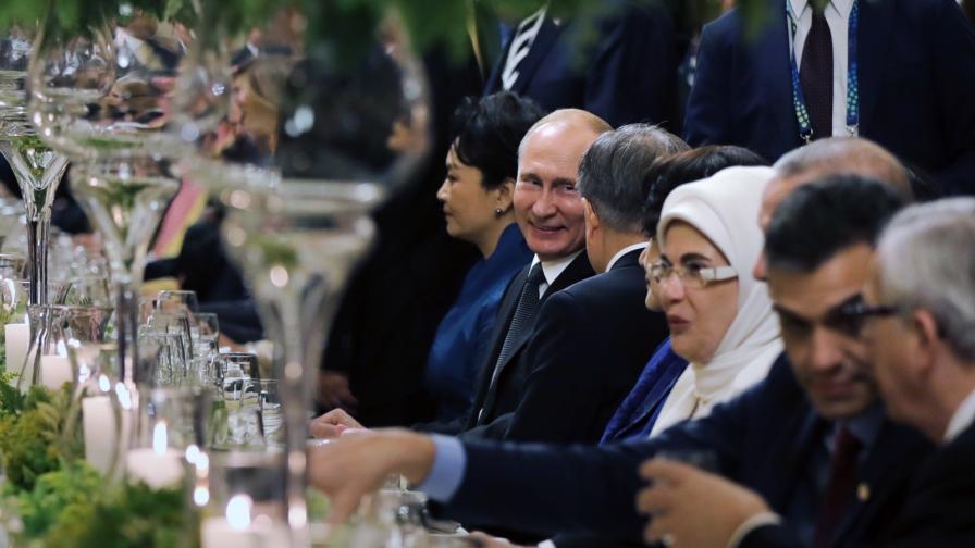 Макрон и Меркел говориха с Путин, един поздрав привлече внимание