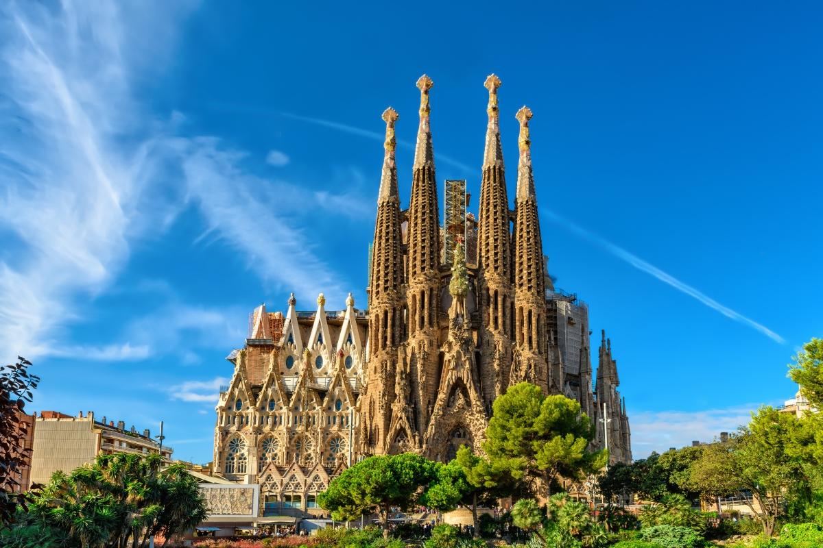 Да видите Ла Саграда Фамилиа в Барселона. И до днес базиликата, чийто главен архителт е гениалният Антонио Гауди не е завършена, но е едно от съвременните чудеса на света, които всеки един от нас трябва да види.