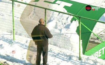 Дядо показа умения със снежна топка