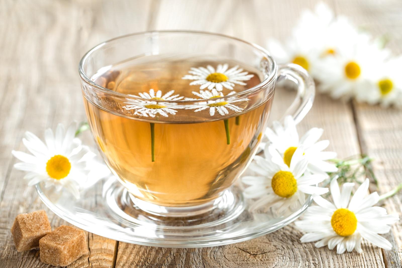 Билков чай<br /> <br /> Няма съмнение, че чаят има редица полезни свойства и невероятни ползи за здравето: изгаря мазнини, предоставя антиоксидантна защита срещу увреждане на ДНК и намалява риска от някои заболявания. Той обаче може да окаже негативно влияние върху зъбите ви. Билковият чай причинява ерозия на емайла за зъба.