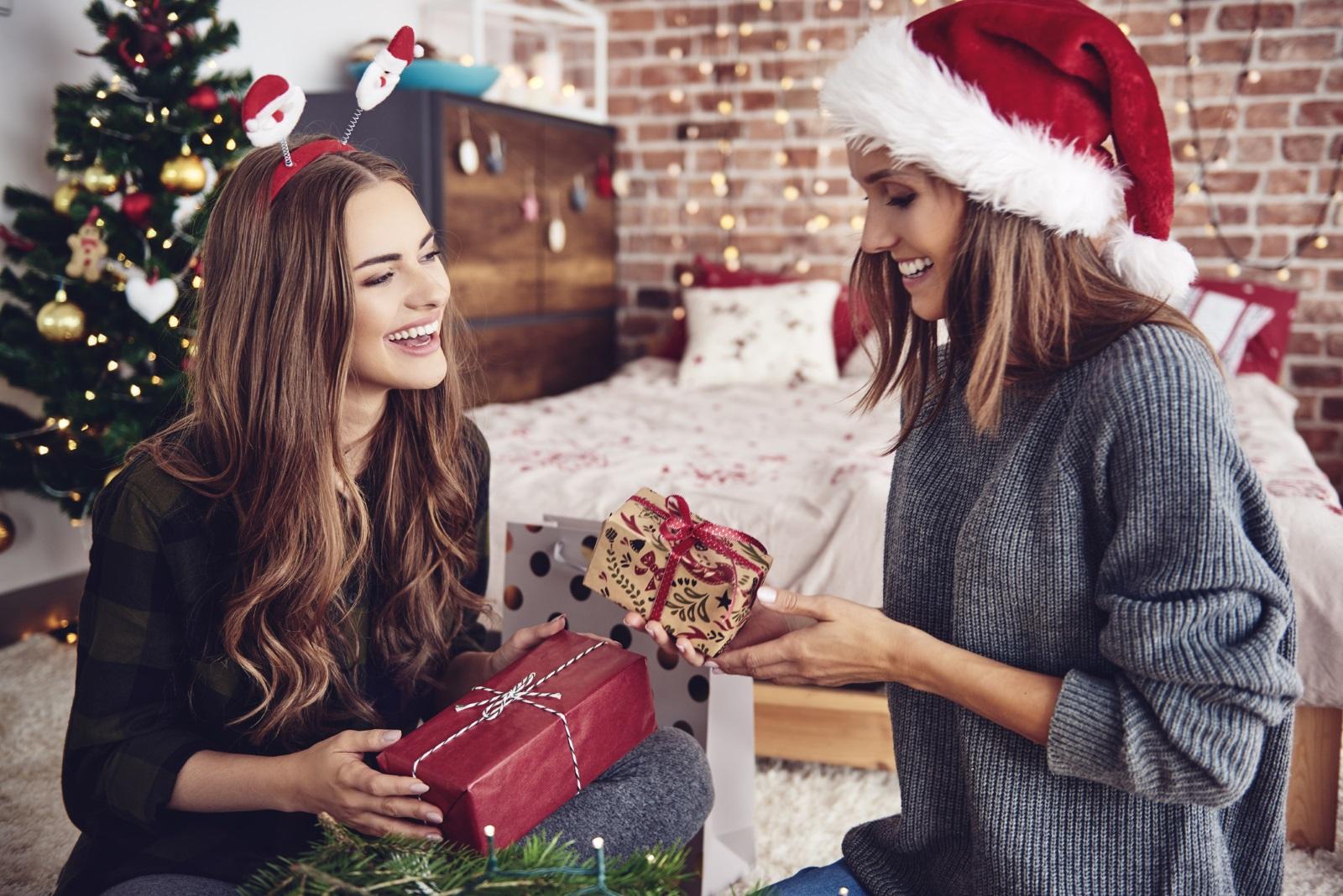 Везни<br /> Везните пък са толкова отворени за подаръци, че всичко, което им дадете, ще ги зарадва изключително много. Ето и няколко насоки: бутилка червено вино и кутия ръчно направени шоколадови бонбони, готин дизайнерски шал или шапка или дори годишен абонамент за любимото списание.