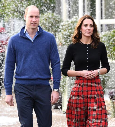 <p>Принц Уилям&nbsp;и съпругата му&nbsp;Катрин&nbsp;и тази година организираха&nbsp;Коледно парти&nbsp;за семействата на британски военни. &nbsp; Принцът и пленителната му съпруга посрещнаха с&nbsp;празнично настроение,&nbsp;изкуствен сняг&nbsp;и в&nbsp;компанията на Дядо Коледа&nbsp;гостите в&nbsp;двореца Кенсингтън. За повода&nbsp;херцогиня Катрин&nbsp;беше избрала пола на любимата си дизайнерка&nbsp;Емилия Уикстед&nbsp;и кашмирена блуза на шотландската фирма&nbsp;Brora.</p>