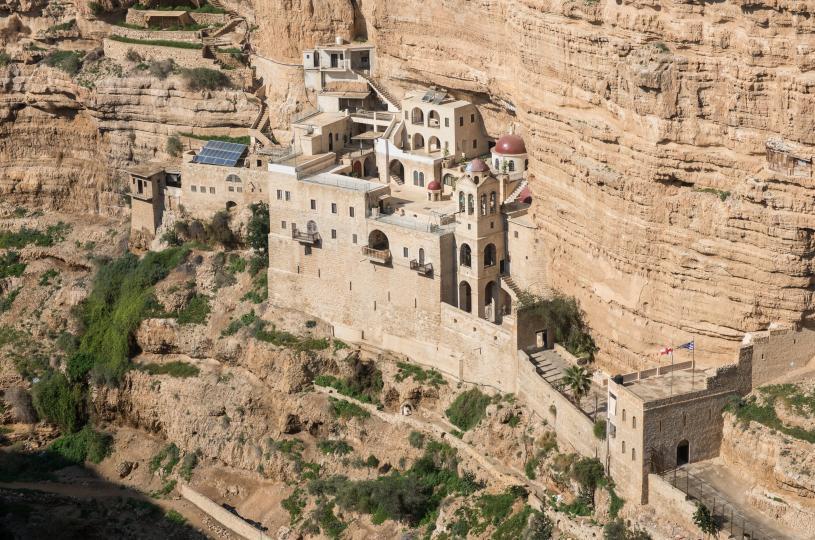 <p><strong>1. Йерихон, Палестинските територии</strong><br /> <br /> Най-древният град на планетата е&nbsp;<strong>палестинският Йерихон</strong>. Според данните той е постоянно населяван от 9000 година преди новата ера. Йерихон се намира на западния бряг на&nbsp;<strong>река Йордан</strong>и в момента в него живеят около 20 000 души. Интересен факт е, че Йерихон е рекордьор и в друга категория &ndash; той е най-ниско разположеният под морското равнище град в света с неговите минус 275 метра надморска височина.</p>
