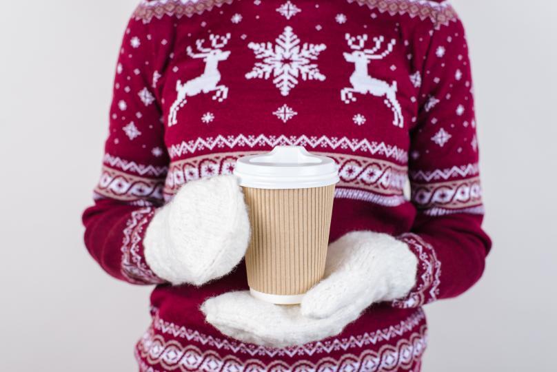 <p><strong>Снежно мляко с дъх на джинджифил и канела</strong><br /> &nbsp;<br /> За този снежен коктейл ще ви трябват:<br /> &nbsp;<br /> Мляко - 1 л<br /> Стафиди - 2 с.л<br /> Джинджифил - 2 с.л<br /> Мед - 3-4 с.л.<br /> Половин от портокал<br /> Сметана<br /> Щипка канела<br /> &nbsp;<br /> Загрейте млякото. Добавете прясно смлян джинджифил, стафиди, мед и парченца портокал. След като млякото заври, трябва да се повари на слаб огън за около 5 минути. След това се излива в чаши. Покривате с бита сметана и канела.</p>