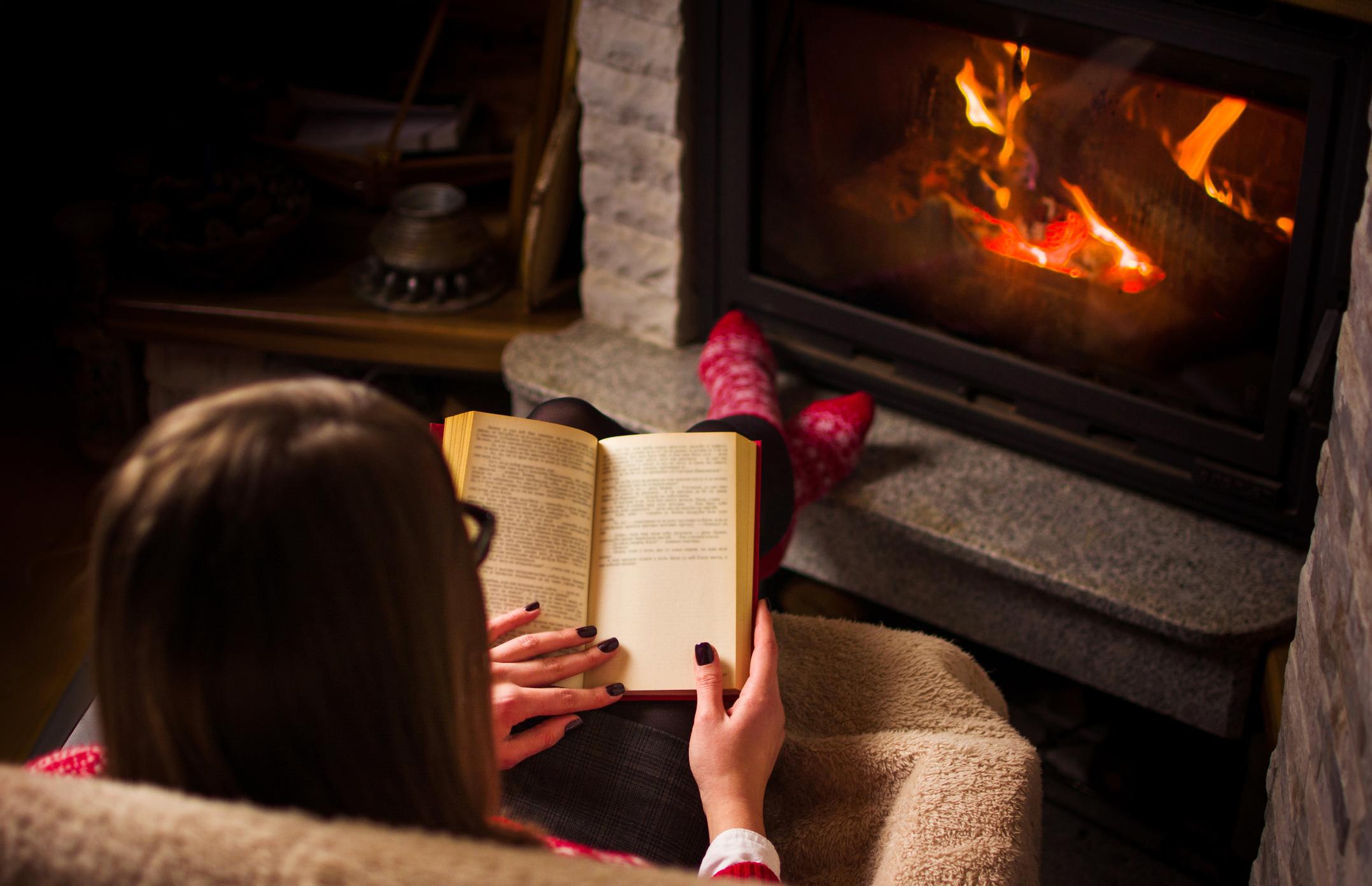 1.<br /> Когато подарявате на някого книга, все едно му подарявате пътуване до различни краища на света или дори в паралелни вселени. Освен това му давате възможност за среща с невероятни персонажи, изживяващи още по-невероятни истории. Понякога чрез книгата човек има възможност и да се впусне в опасни приключения. И всичко това като си остане у дома, удобно седнал на фотьойла си, с котката си в скута.