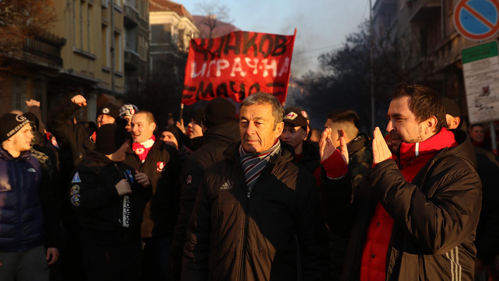 Феновете на ЦСКА София на мирен протест срещу БФС, затвориха Орлов мост за кратко