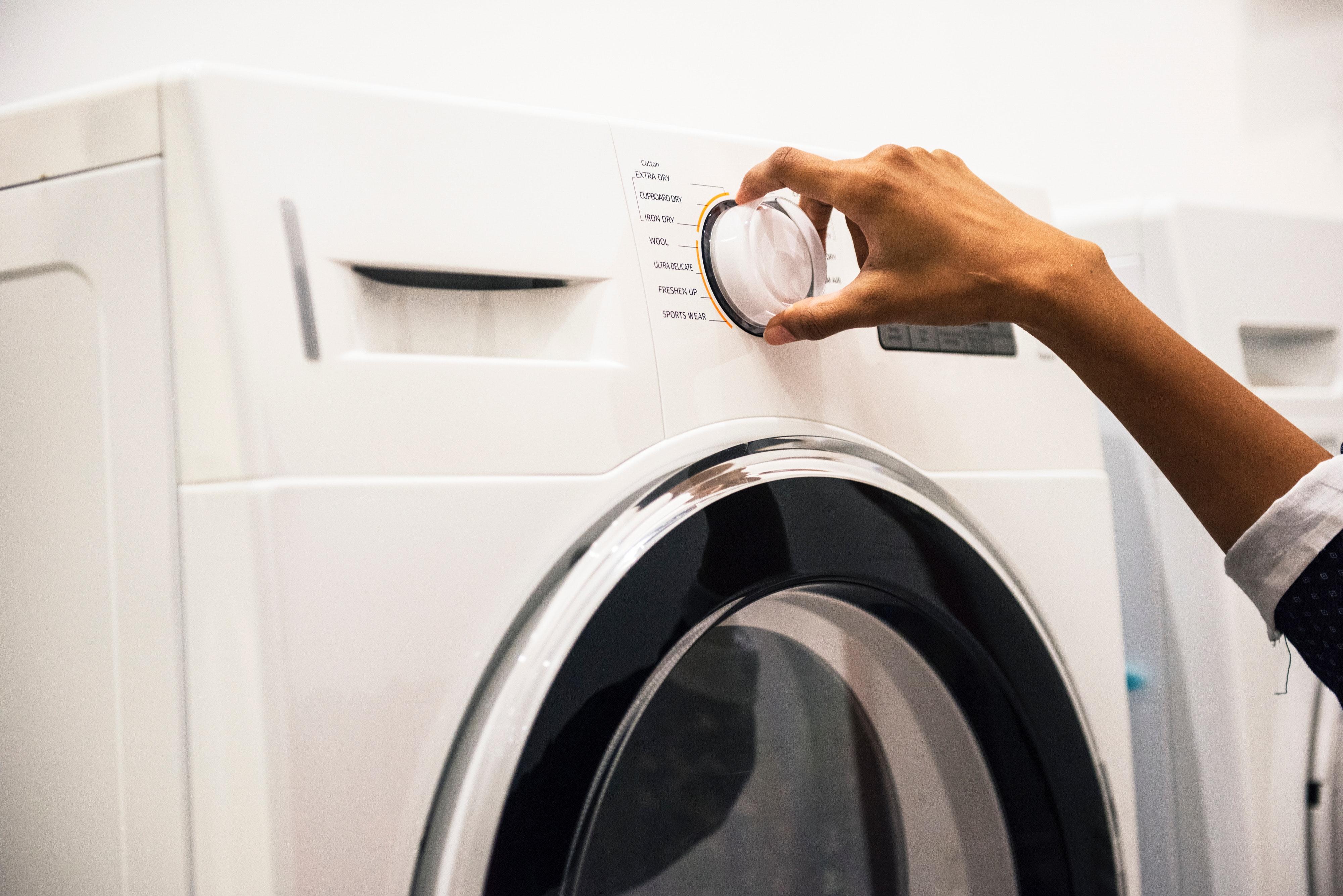 Използвайте сухи кърпи за по-бързо изсушаване на дрехите. <div>Прането изсъхва по-бързо, ако закачите сухи кърпи между редиците с изпрани дрехи. Ако някоя дреха все още е влажна, но наистина трябва да я облечете, можете просто да я увиете в суха кърпа и да я поставите в пералнята, за да се освободите от оставащата влага, пишат още от Edna.bg.</div>