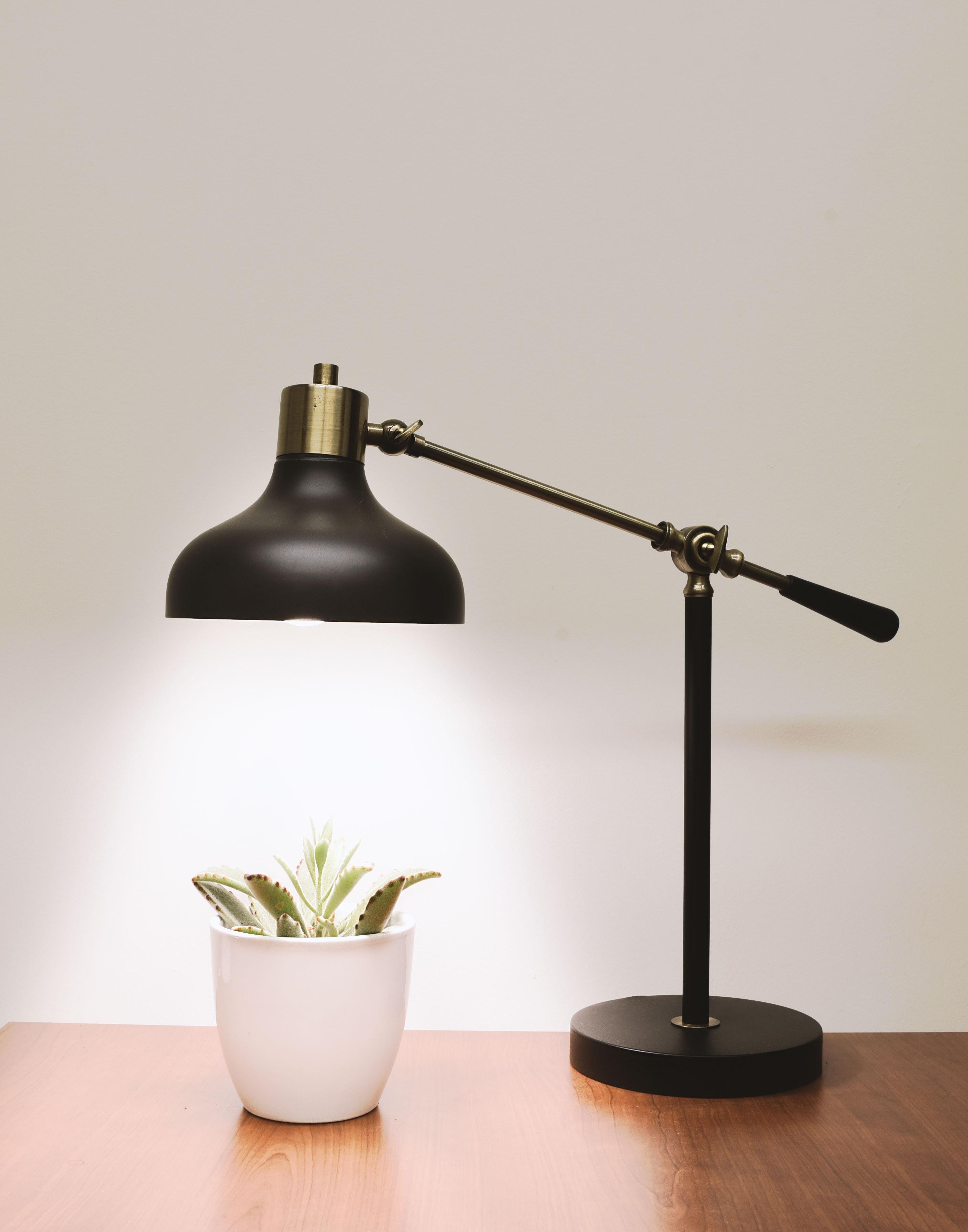 Лампа за бюро, която да им осигурява допълнителна светлина, когато работят вечер.