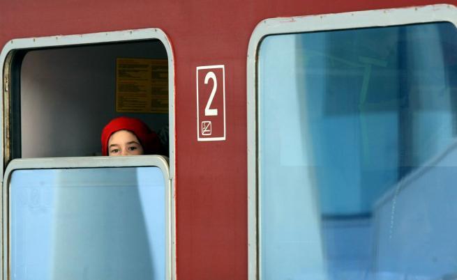 Въздушната струя на влак повлече жена на гара Симитли
