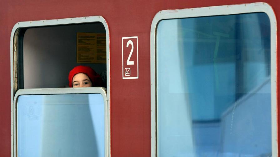 <p>Въздушната струя на влак повлече жена на гара Симитли</p>