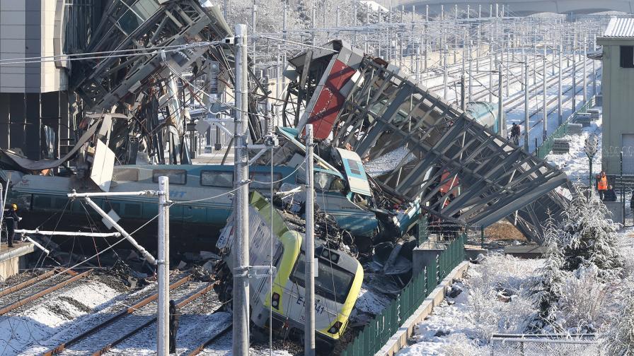 Влакът се е сблъскал с локомотив, извършващ инспекция на релсите, след което се е ударил в колони на надлез. Води се разследване. Министерството на транспорта и инфраструктурата съобщи, че локомотивът, извършващ контрол на релсите, не е трябвало да се намира на мястото.