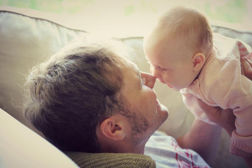 <p>Не бързайте да се развеждате. В първите две години от живота на детето броят на разводите е най-висок. Умората и задълженията не са добър съветник и често ни подтикват към раздяла. А повярвайте, животът на самотен родител изобщо не е лесен, колкото и да изглежда така отстрани. Ако и след третата година нещата не са ок, тогава вече спокойно можете да помислите за раздяла. Но първо опитайте всичко останало.</p>