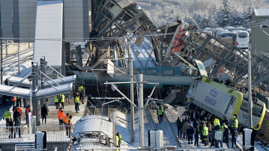 Високоскоростен влак дерайлира в Анкара