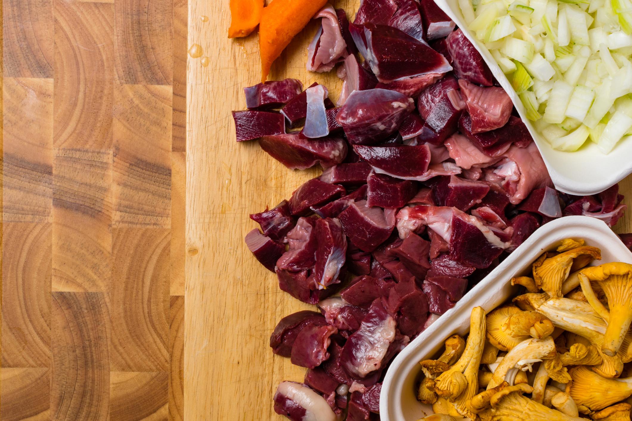 При свинското месо може да се замразява и карантия. Сроковете им на годност са като на целите парчета.
