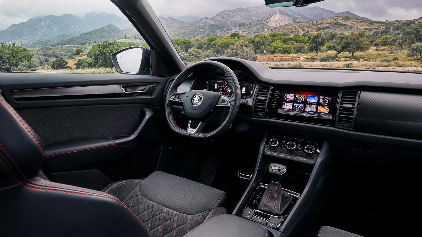 """Skoda Kodiaq RS е топ изпълнението в моделното семейство. Няма амбициите да прави оборота, на него се пада честа да трупа имидж за марката, тъй като разчита на най-мощния дизел, който доскоро се предлагаше за Porsche Macan. А и защо иначе ще носи приза """"Най-бърз 7-местен SUV на Нордшлайфе""""?"""