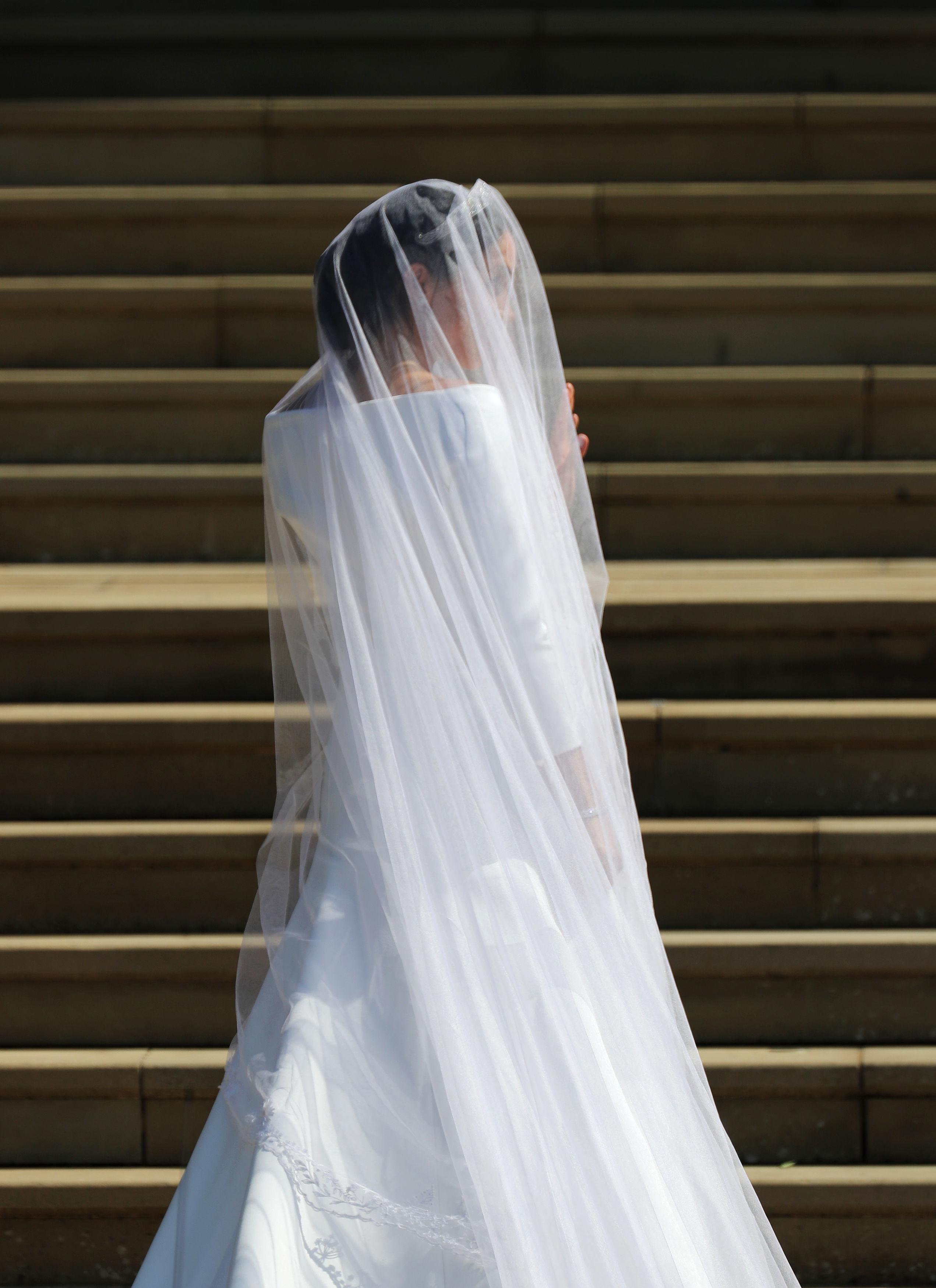 """1. Безспорно събитието на 2018-та е сватбата на принц Хари и бившата актриса Меган Маркъл. Много се говореше за този момент дълго преди да е настъпил, а булката потвърди очакванията на всички, че ще бъде зашеметяваща. Роклята на булката се пазеше в тайна до последно и всички с нетърпение очакваха да я видят. Тя е дело на марката Givenchy (""""Живанши"""")."""