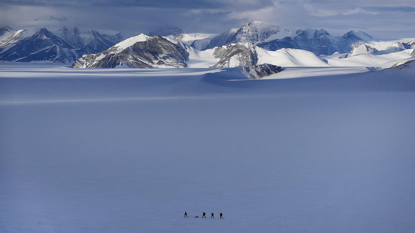 Чилийският антарктически институт (INACH), който управлява и координира научните дейности на Чилийската антарктическа територия, организира научна антарктическа експедиция, като дава възможност на изследователите да участват в поредица изследвания през лятото между октомври и март.