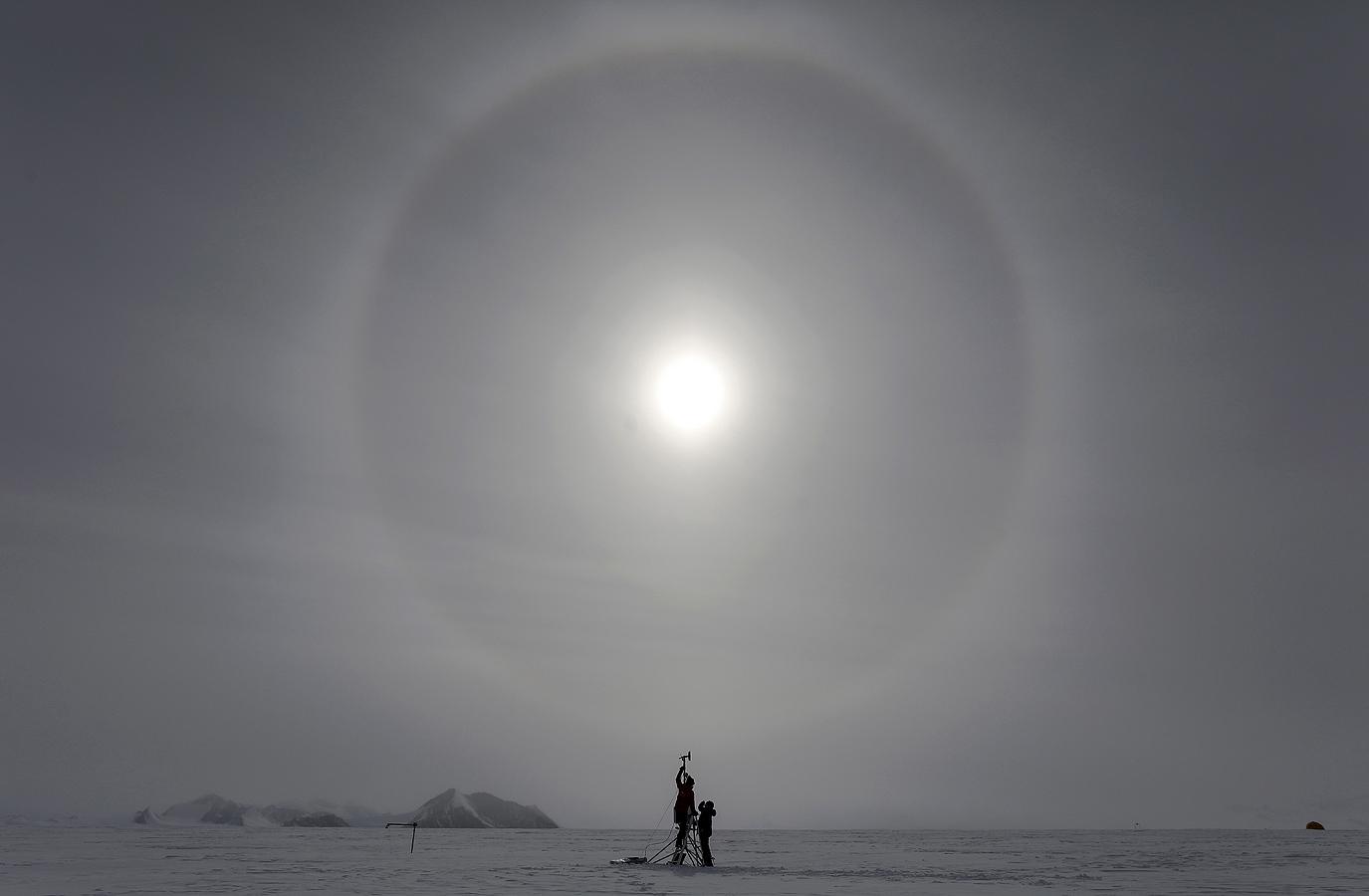 Група от осем учени избрани да започнат специална експедиция до Антарктида, провеждат експерименти с цел да открият повече за огромния южен континент
