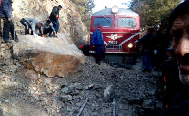 Пътнически влак дерайлира заради паднала скала