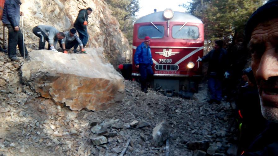 <p>Изтеглиха дерайлиралия влак</p>