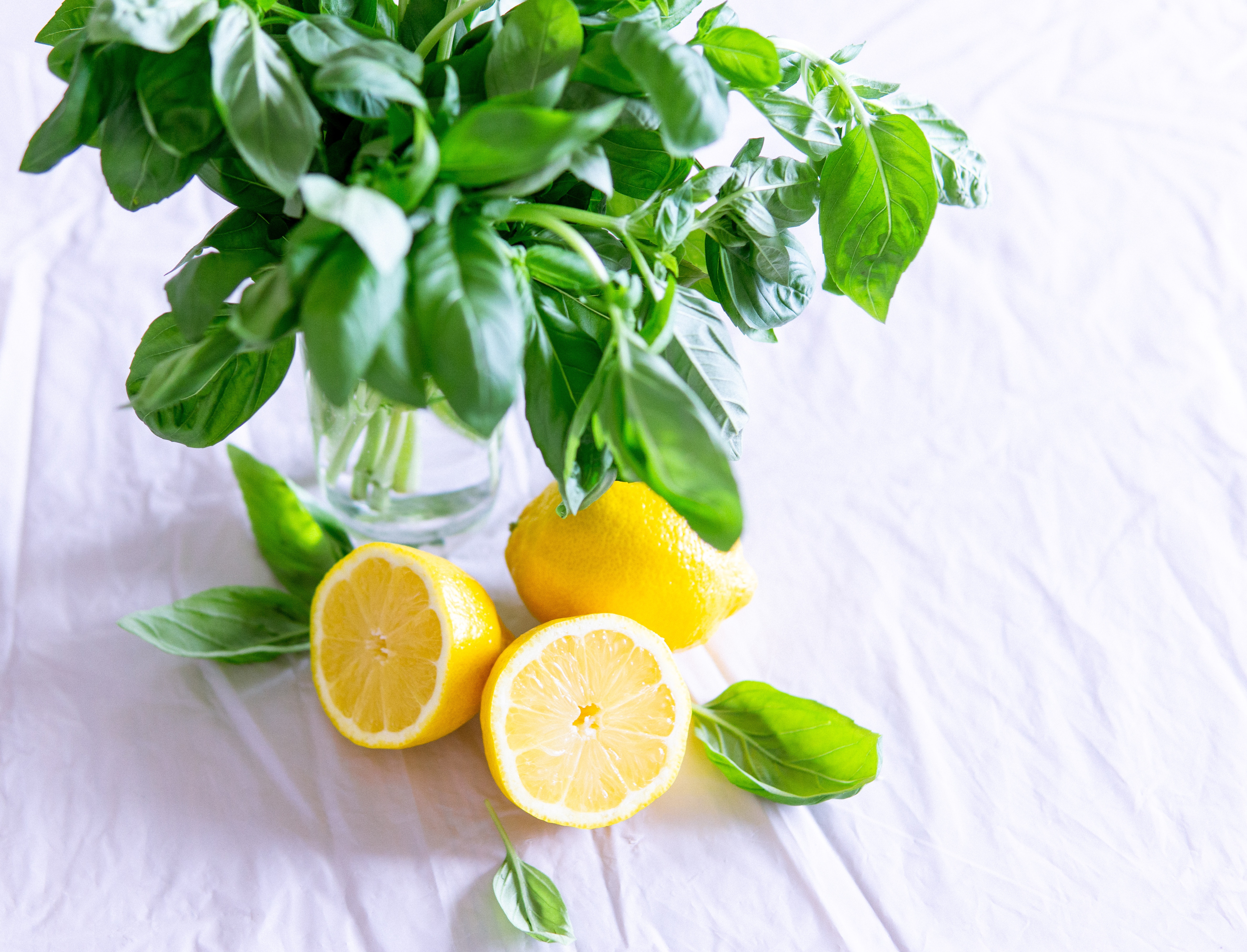 3.Лимоните са много ефективно средство за овладяване на главоболието, тъй като действат освежаващо и едновременно с това и релаксиращо. Приемът на топла вода всяка сутрин със сока от 1/2 лимон ще намали интензивността на мигренозните атаки и тяхната продължителност.