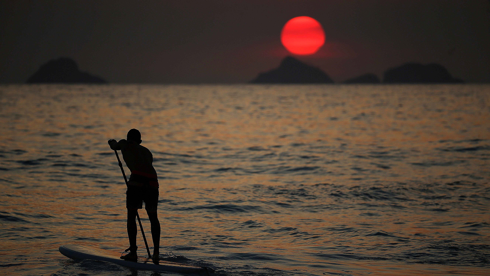 Плажа Ипанема при залез слънце в Рио де Жанейро, Бразилия