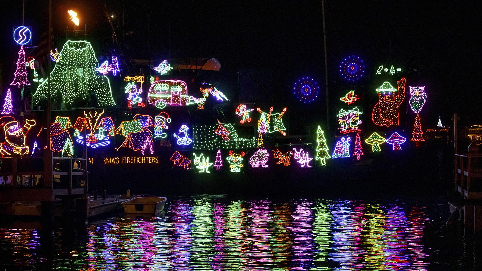 110-и коледен парад в Нюпорт Бийч, Калифорния, САЩ. В традиционния коледен парад се включват близо сто яхти и лодки, като всяка година привлича до един милион посетители.