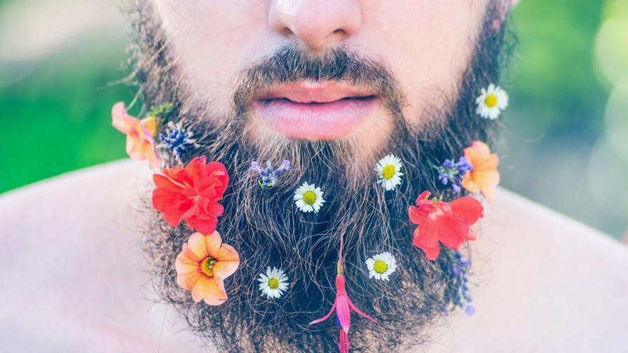 """Нов тренд: младоженци си вплитат """"сватбени букети"""" в брадите"""
