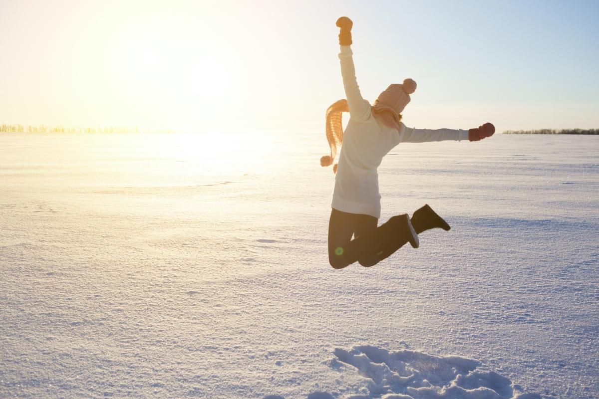Намалява оттокът на ставите и отичането на краката. Също както се слага студен компрес на навехнато, за да се намали оттокът, така и студът действа на цялото тяло.