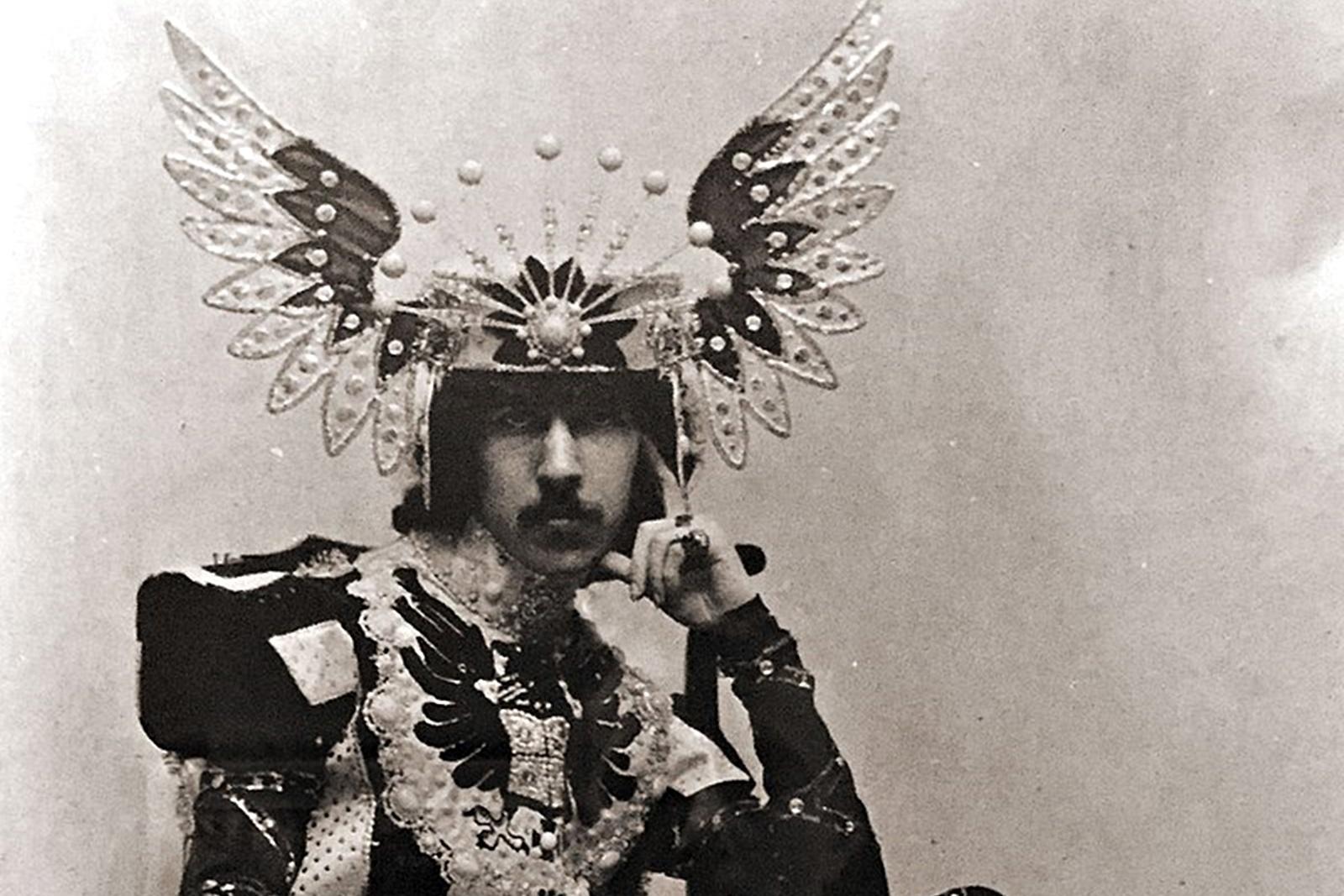 """Хенри Пагет – кичозният маркиз на Англис<br /> Хенри Кирил Пагет води един нескромен, но кратък живот от 1875 до 1905 г. Въпреки че умира едва 30-годишен Пагет успява да остави своята следа в историята. Освен над 120 000 декара земя, Пагет наследява от семейството си и годишна заплата от 14 млн. днешни щатски долара. Без задължения и с богатствата на принц, Хенри сбъдва своите най-големи мечти. Странното в неговата история е, че мечтите му просто са малко…странни, за неговото време и за пола му. Той започва да носи дълги роби, обсипани с диаманти и сапфири. Хората около него започват да го описват като """"някакво привидение… високо, елегантно и обсипано с бижута създание""""."""