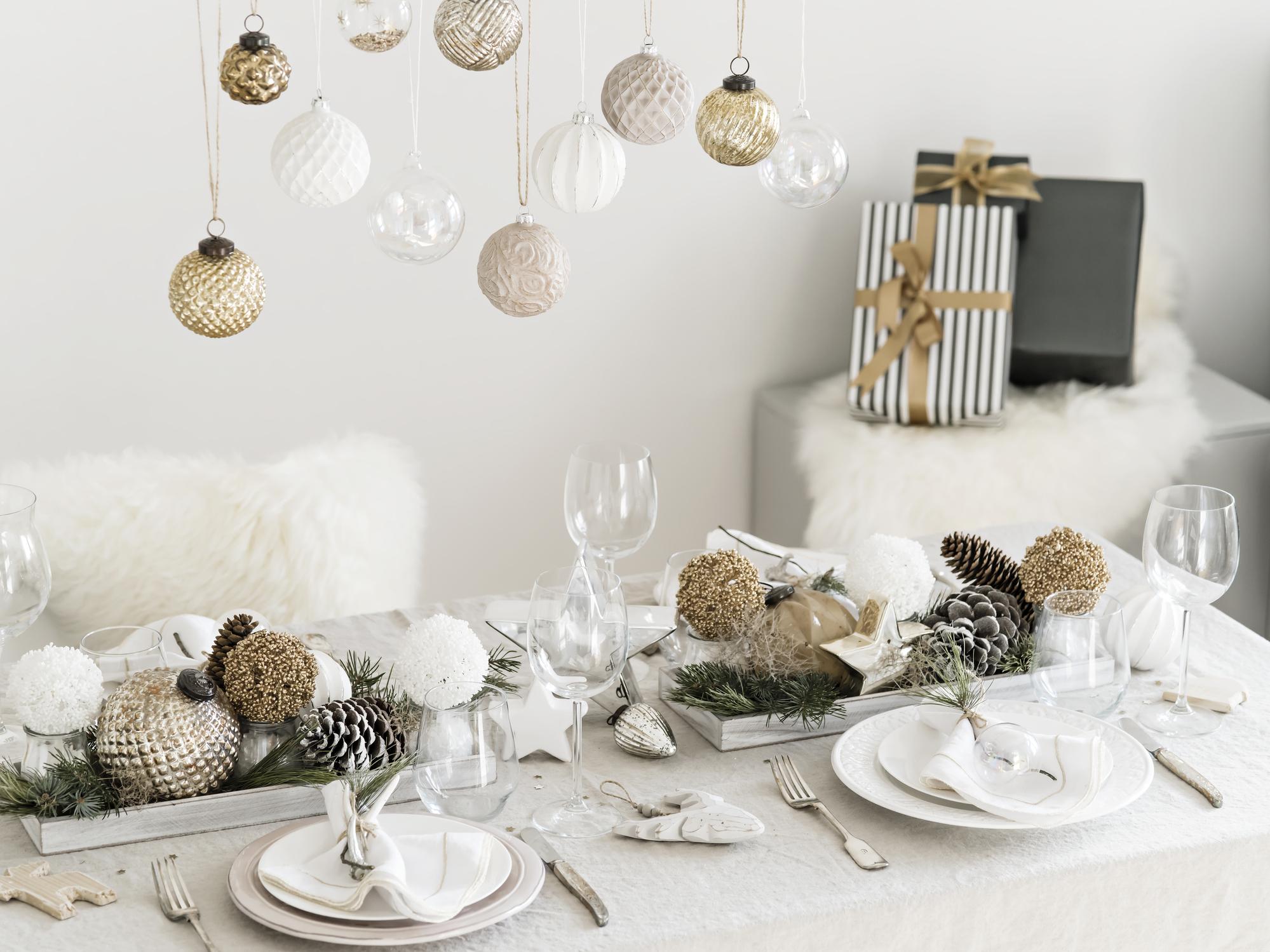3. Перфектното посрещане на Нова година може да бъде възможно и в дома ви, но отново трябва да помислите за това по-отрано. За да бъде приятна обстановката, е добре да направите цялостно почистване на дома, да подсигурите комфорт за гостите, защото надали ще е приятно да се окаже някой без прибори или стол в последния момент. Броят на гостите е от особено значение, за да избегнете неловките ситуации.
