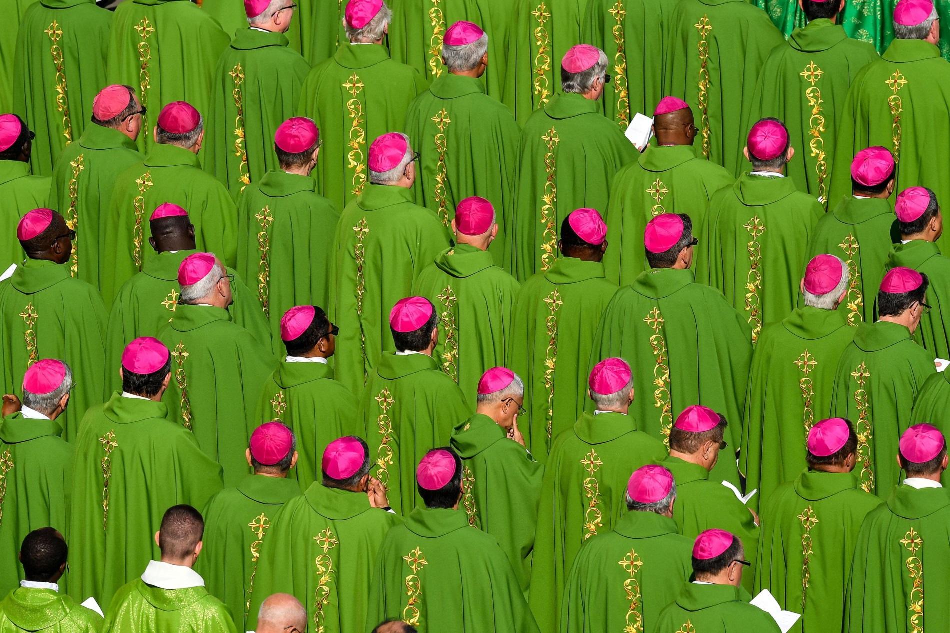 """Свещеници и епископипо време на Света литургия на площад """"СВети Петър"""" във Втикана, октомври 2018"""