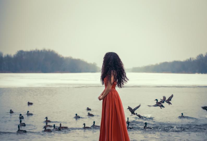 <p><b>Потапяне в река с елха</b></p>  <p>В Сибир мъжете и жените скачат в река с елха. Дръвчето е с поставка, която първоначално потъва. Всички танцуват около потъналата елха с алкохол в ръка, докато тя не излезе на повърхността. По този начин те &bdquo;оставят&ldquo; старата година под леда и посрещат новата на повърхността.</p>