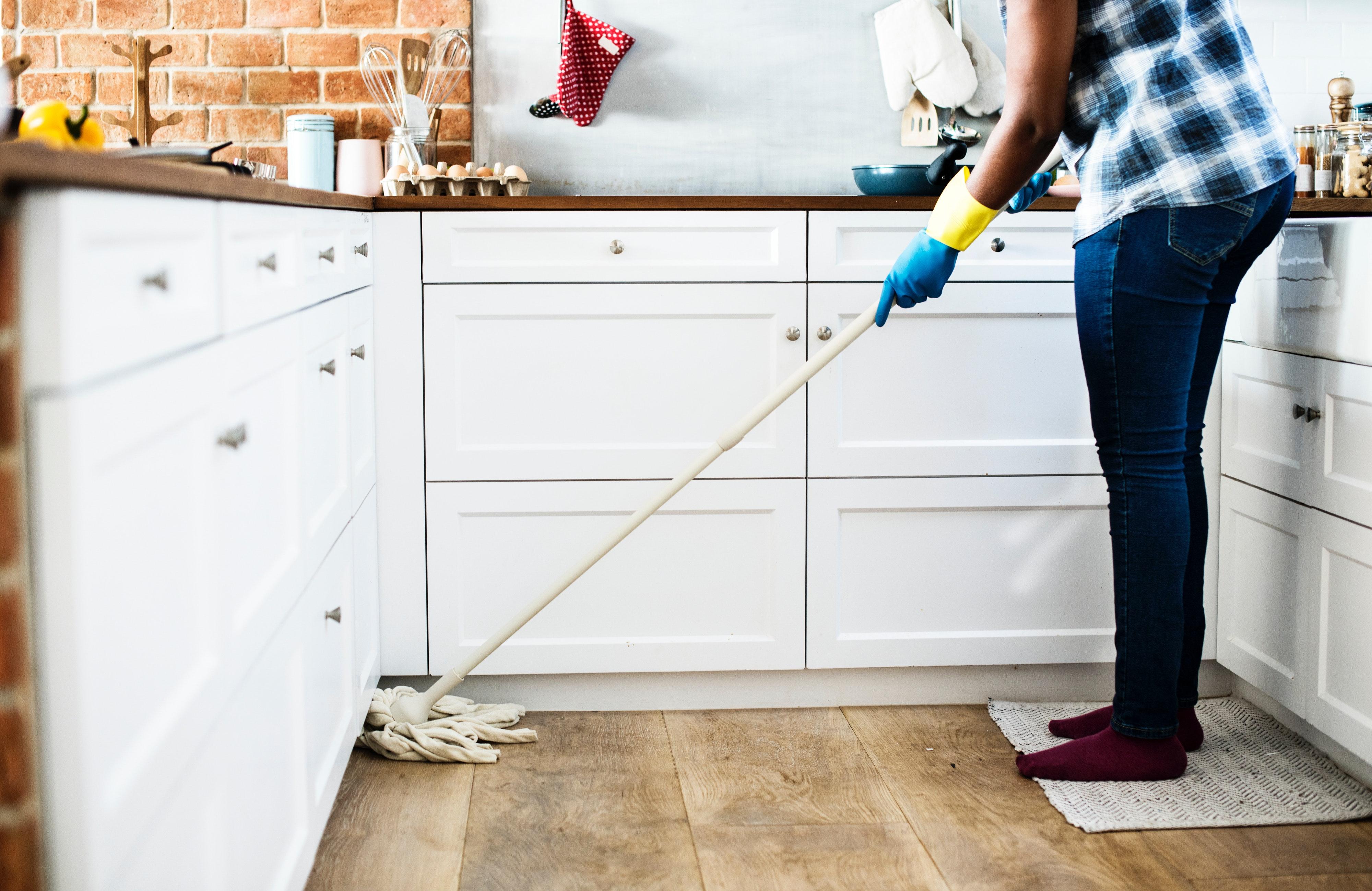 Почистете дома си. Няма нищо по-лошо от започване на работната седмицата с разхвърляна къща! Понеделник вечер след работа не е най-добрият вариант за пране и почистване. Затова не отлагайте тази дейност за делниците.