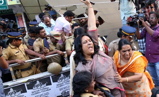 Кървави протести в Индия заради жени в храм
