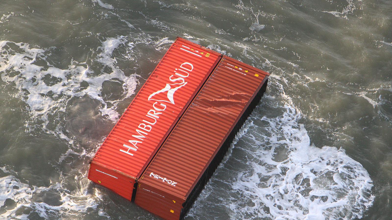 В морето продължават да се носят контейнери. 30 вече са достигнали и остров Тесхелинг.